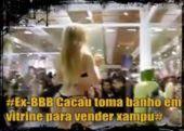 Ex-BBB-Cacau-toma-banho-em-vitrine-para-vender-xampu